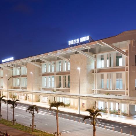 写真:那覇空港旅客ターミナルビル